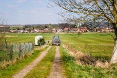 Fahren des Traktors zu den Feldern Stockfoto