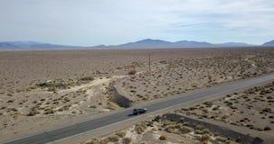 Fahren dunkelgrauen SUV-Autos auf Landstraße in Death Valley in USA stock video footage
