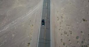Fahren dunklen SUV-Autos auf Landstraße in Death Valley in USA stock footage