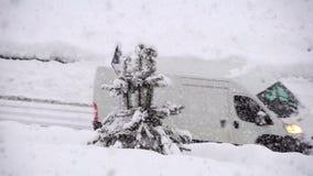Fahren durch den Schnee Die Sonne scheint das Gleis, Schnee, Holz Eisenbahnlinien und vages Schattenbild der Serie Starke Schneef stock video