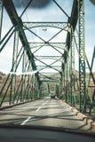 Fahren durch eine Stahlbrücke stockbild