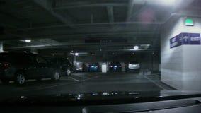 Fahren durch eine Untertageparkstruktur stock footage