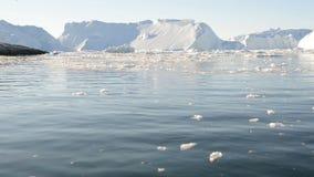 Fahren durch Eis im arktischen Wasser stock footage