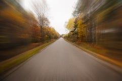 Fahren durch Herbstwald Lizenzfreies Stockbild