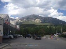 Fahren durch Rocky Mountains auf einer Autoreise mit einem Freund Lizenzfreie Stockfotos