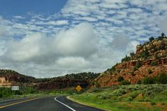 Fahren durch rote Felsenschlucht lizenzfreie stockbilder