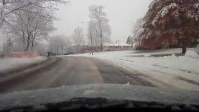 Fahren durch Vorort des verschneiten Winters in der Tageszeit Schneiendes Wetterfahren Fahrergesichtspunkt POV stock footage