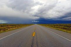 Fahren in ein Gewitter mit drohendem Himmel Stockfotos