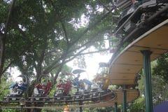 Fahren einer kleinen Achterbahn der Touristen im Shenzhen-Vergnügungspark Lizenzfreies Stockfoto