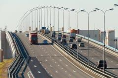 Fahren einiger LKWs und der Autos auf der Autobahn Stockfoto