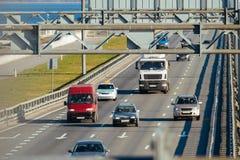 Fahren einiger LKWs und der Autos auf der Autobahn Stockbild