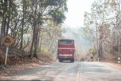 Fahren hinter den Bus Stockfoto
