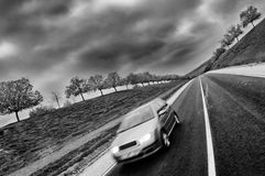 Fahren hinunter die Straße stockfoto