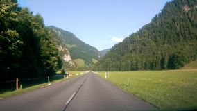 Fahren hinunter die Straße in der Schweiz stock video