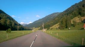 Fahren hinunter die Straße in der Schweiz stock footage