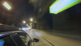 Fahren in Nachtstadtstraße Unscharfes timelapse Ansicht außerhalb von der Kabine