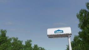 Fahren in Richtung zur Werbungsanschlagtafel mit Lowe-` s Logo Redaktionelle Wiedergabe 3D Lizenzfreie Stockfotografie