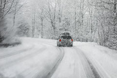 Fahren in Schneesturm Lizenzfreie Stockbilder