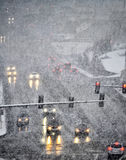 Fahren in schweren Schnee-Sturm in der Stadt Stockbild