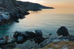 Fahren Sie Ansicht bei Sonnenuntergang vom Felsen, in dem Agios Ioannis Kastri-Kirche errichtet wurde, Skopelos-Insel die Küste e Stockfotografie