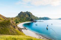 Fahren Sie Ansicht von Padar-Insel an einem bewölkten Morgen die Küste entlang stockbild