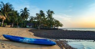 Fahren Sie auf dem Ufer eines tropischen Strandes auf der Insel Kayak Lizenzfreies Stockfoto