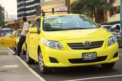Fahren Sie auf Malecon de la Reserva bei Larcomar in Miraflores, Lima, Peru mit einem Taxi Lizenzfreie Stockfotografie