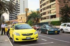 Fahren Sie auf Malecon de la Reserva bei Larcomar in Miraflores, Lima, Peru mit einem Taxi Stockfotos