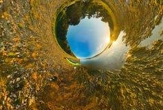 Fahren Sie auf stereografischem Panorama der Flussküste, wenig Planet Kayak Stockbilder