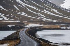 Fahren Sie auf Straßenkurve in Island lizenzfreie stockbilder