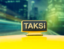 Fahren Sie Auto auf der Straße nachts, gelbes Zeichen von Istanbul-Taxi mit einem Taxi Lizenzfreie Stockbilder