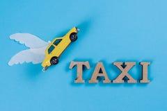 Fahren Sie Auto mit Flügeln, das Auto der Zukunft mit einem Taxi Lizenzfreie Stockfotografie