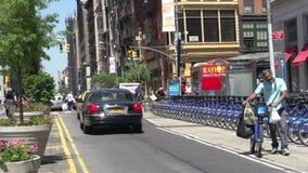 Fahren Sie das Fahren durch die Straßen von Manhattan, New York City, USA mit einem Taxi stock video footage