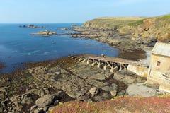 Fahren Sie an der Eidechse mit Rettungsboothaus Cornwall Englan im Sommer am ruhigen blauen Seehimmeltag die Küste entlang Lizenzfreie Stockfotos