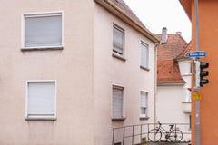 Fahren Sie die alleinstellung in der Straße nahe den rosa und orange Häusern rad Lizenzfreies Stockfoto