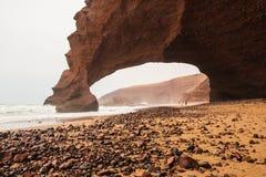 Fahren Sie die Küste entlang, bewegen Sie, Strand und ein großer Felsen wellenartig Lizenzfreies Stockbild