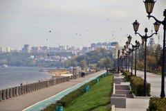 Fahren Sie in die Stadt von Samara, Russische Föderation die Küste entlang Stockfotografie