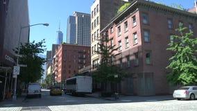 Fahren Sie in die Straßen von Manhattan mit Freiheitsturm am Hintergrund, New York City, USA mit einem Taxi stock video footage