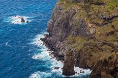Fahren Sie durch die Stadt von Mosteiros auf der Insel von Sao Miguel die Küste entlang Lizenzfreies Stockfoto