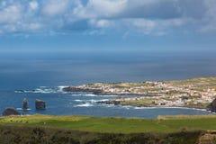 Fahren Sie durch die Stadt von Mosteiros auf der Insel von Sao Miguel die Küste entlang Stockbild