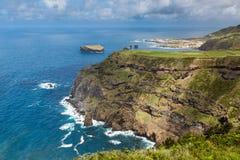 Fahren Sie durch die Stadt von Mosteiros auf der Insel von Sao Miguel die Küste entlang Lizenzfreie Stockbilder