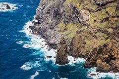 Fahren Sie durch die Stadt von Mosteiros auf der Insel von Sao Miguel die Küste entlang Stockbilder