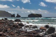 Fahren Sie durch die Stadt von Mosteiros auf der Insel von Sao Miguel die Küste entlang Lizenzfreie Stockfotos