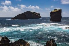 Fahren Sie durch die Stadt von Mosteiros auf der Insel von Sao Miguel die Küste entlang Lizenzfreies Stockbild