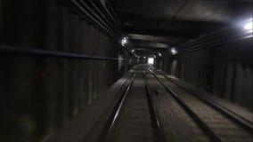 Fahren Sie durch einen Tunnel