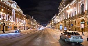 Fahren Sie entlang Nevsky-Aussicht nachts stock footage