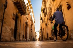 Fahren Sie Fahrt in altem historischem Lecce, Italien rad stockbilder
