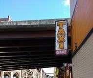 Fahren Sie Garage, Zeichen nahe Queensboro Bridge, 59. Straßen-Brücke, Queens, NYC, USA mit einem Taxi Stockfotos