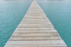 Fahren Sie, hölzerner Pier nahe bei dem Mittelmeer auf der Insel O die Küste entlang Lizenzfreie Stockfotos