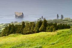 Fahren Sie kleine Inseln amerikanischen Nationalstandards nahe Mosterios in Azoren-Insel Sao Mig die Küste entlang Stockfotografie